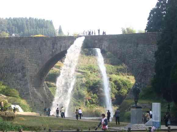 通潤橋放水 虹の架け橋・通潤橋の放水イベント 毎週土・日曜、祝日などは数時間おきに... 高千穂